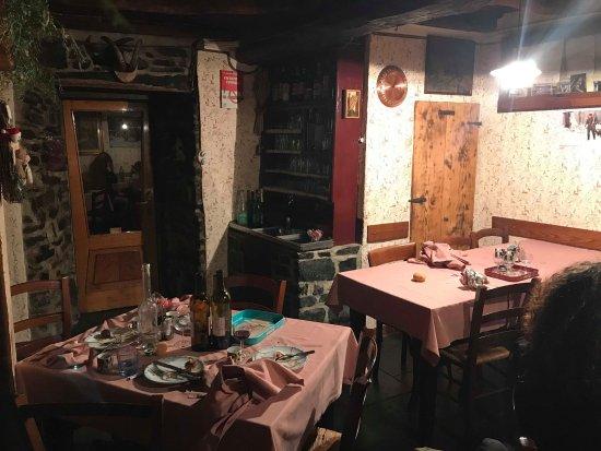 Faggeto Lario, Italia: parte del ristorante, un soggiorno recuperato, top.