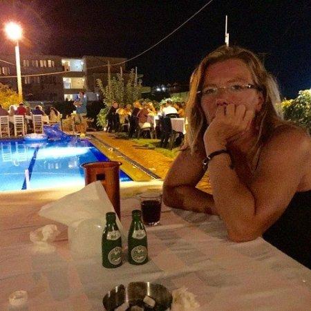Kokalas Resort Georgioupoli: Yritin grilli-illan päätteeksi ostaa noi mythos-sirottimet, ei lähtenyt =D