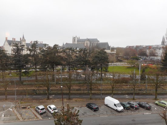 Ibis Nantes Centre Gare Sud : Outside parking to pay and right front view from high room level