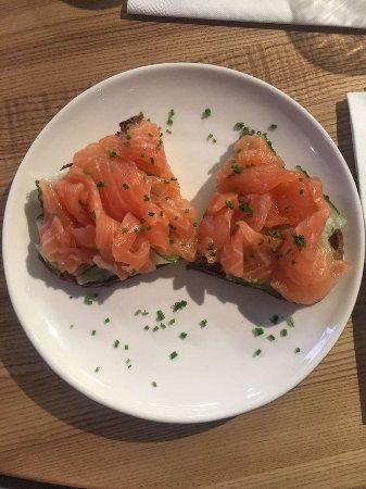 YUMBAKER Cafe: Брускетта с форелью и огурцом