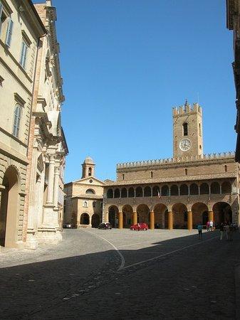 Offida, Italy: Piazza del Popolo