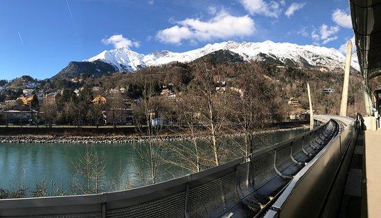 Austria Trend Hotel Congress Innsbruck : Vista desde la parada de cable frente al hotel