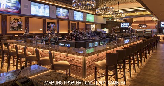 Bensalem, Pensylwania: The restaurant features a 33-seat bar flanked by 14 large HD TVs and an 11 foot wide LED video w