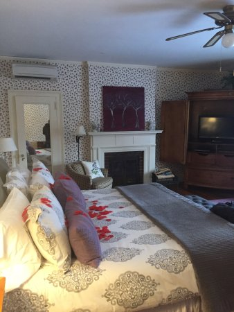Rose petals on the bed, wood-burning fireplace - Picture of