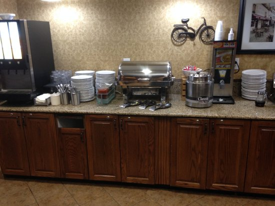 Country Inn & Suites by Radisson, Asheville West (Biltmore Estate), NC: Terrific breakfast - hot foods and juices