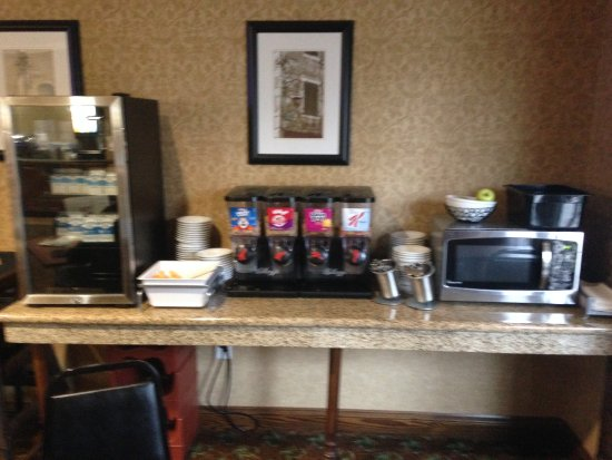 Country Inn & Suites by Radisson, Asheville West (Biltmore Estate), NC: Separate area with yogurt, milk, cold cereal and fresh fruit