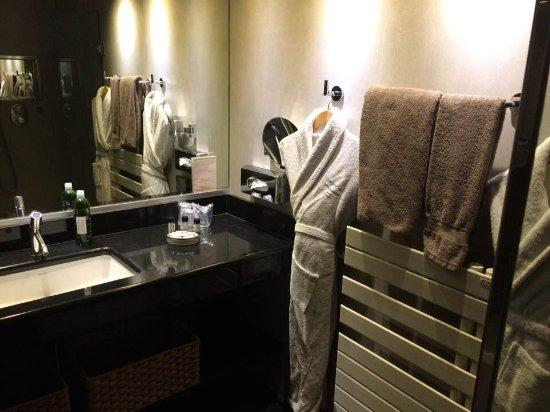 Salle de bain avec douche et grande baignoire - Photo de Hotel de ...