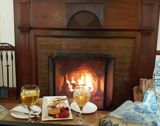 Warm Springs, VA: Cheese plate by the fireplace when we arrived