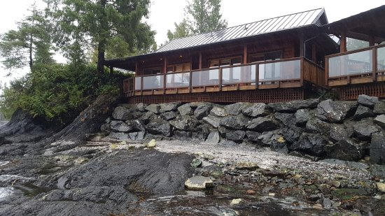 Port Renfrew, Canadá: View of the ocean side cabins from the private beach