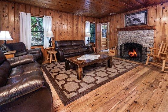 Idyllwild, CA: Cabin 5 (2 bedrooms) Living Room
