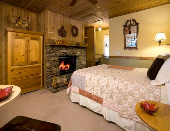 Idyllwild, CA: Fall Theme Room w/ Queen