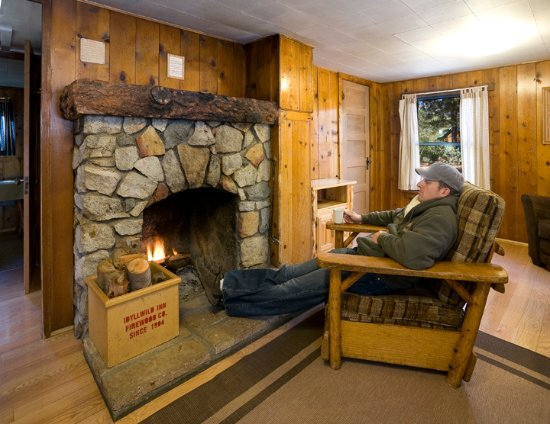 Idyllwild, Califórnia: Chillin by the fireplace!