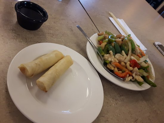 Fort Saskatchewan, Canadá: Spring Rolls and Chicken with Cashews and Veggies. Number 64 on menu