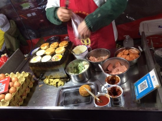 Zhengning Road Night Market: Tasty meat and egg sandwich.