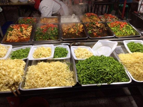 Zhengning Road Night Market: Fresh pasta meals.
