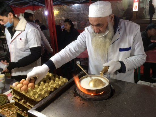 Zhengning Road Night Market: Preparing delicious milk, rice and egg drink.