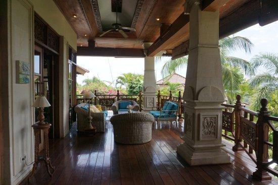 Rangdu, Indonésie : Front terrace Villa Cempaka and Mountain View Apartment