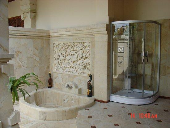 Rangdu, Indonésie : Villa Cempaka and Mountain View Apartment - master bathroom