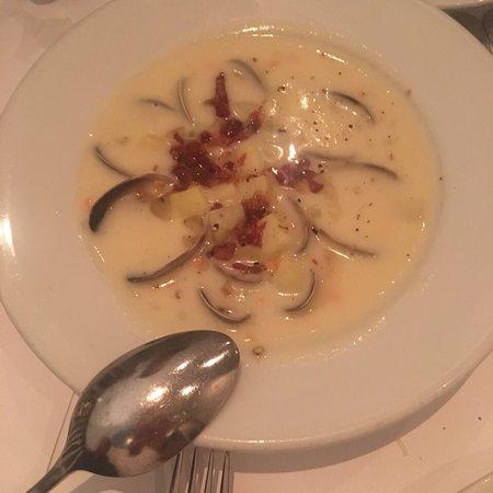Zuni Cafe: Фирменная курица просто восхитительна, салат Цезарь и картошка 👍🏼 суп из малюсков один из лучш