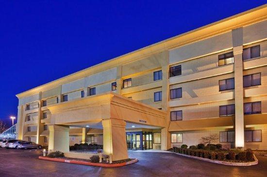 La Quinta Inn & Suites Springdale: Exterior