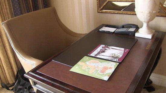 Fairmont Grand Del Mar : Desk in the room