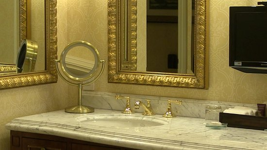 Fairmont Grand Del Mar : The mirrors in the bathroom.