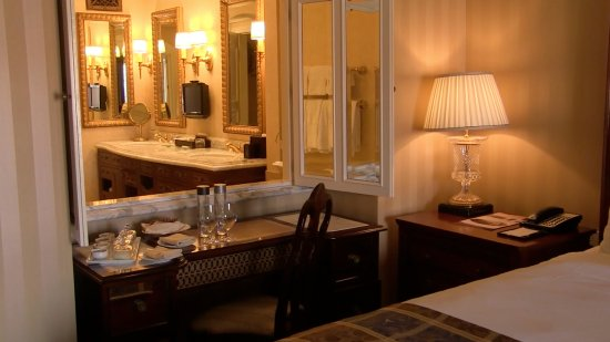Fairmont Grand Del Mar : Looking from the room into the bathroom -- the mirrors open.