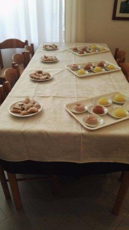 Ristorante Maria Fidone: Tavolo di ravioli fritti e geli al limone, cannella e mandorla