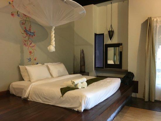 LaLaanta Hideaway Resort: King sized bed.