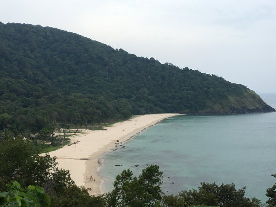 LaLaanta Hideaway Resort: View of Bamboo Bay from the road.
