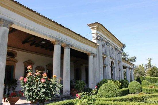Mira, Italy: Particolare facciata che ricorda le terme romane