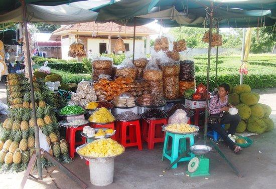 Skun, كامبوديا: La vendedora prepara fruta para comer directamente