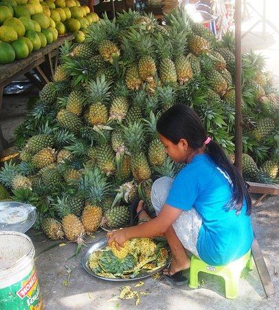 Skun, Καμπότζη: Hay que admirar la destreza en pelar la piña
