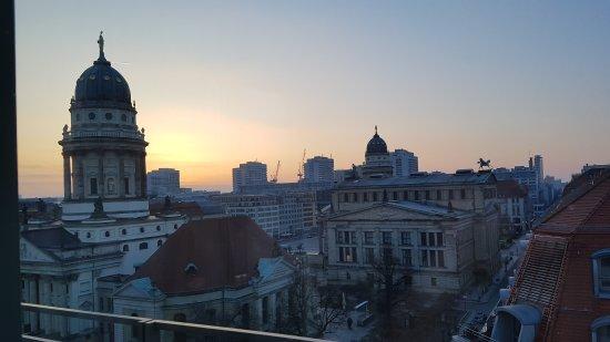 Regent Berlin: Sonnenaufgang in Berlin am gendarmenmarkt