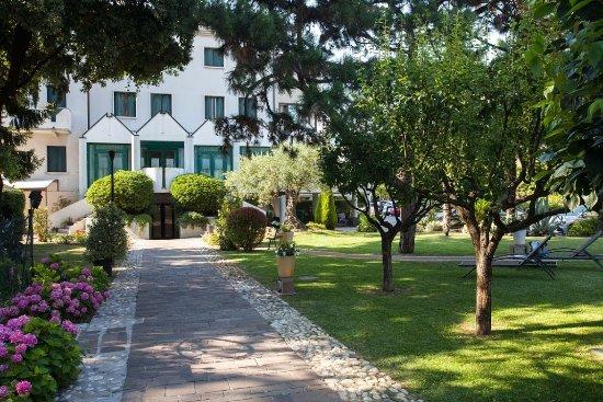 Ai Pini Park Hotel: Giardino
