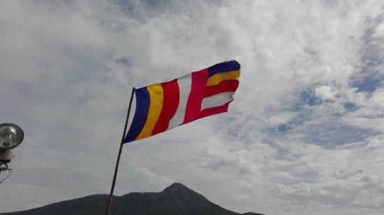 Popa, Burma: bandera budista