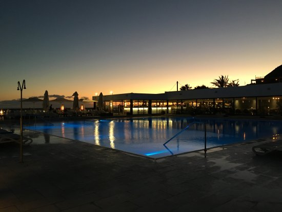 Playa de Cura, İspanya: Pool area by night