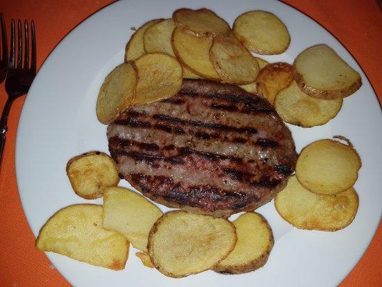 Spezzano della Sila, Italy: Hamburger con patate silane