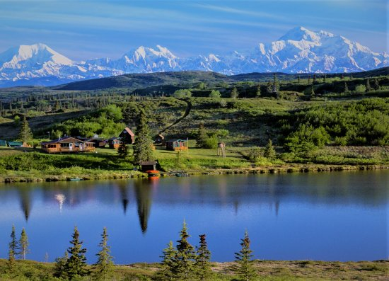 Caribou Lodge Alaska : Caribou Lodge With the Alaska Mountains in the background