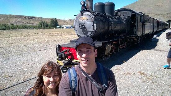 Esquel, Argentyna: Mi Señora y Yo con La Trochita en la estación Nahuel Pan