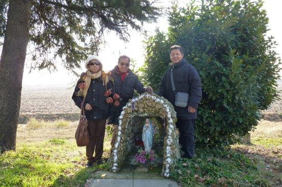 Gaggiano, Italy: La Madonnina difronte la Chiesetta del Dosso