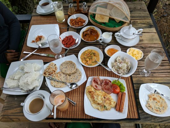 Belihuloya, Σρι Λάνκα: Breakfast spread - so much food and fresh pastries! Best idea is to split meals with your partne