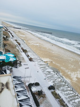 Hampton Inn Virginia Beach-Oceanfront South: Snow on the beach!