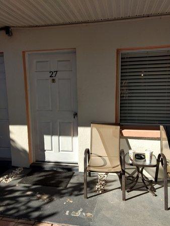 Sta'n Pla Motel: Entrance to Room 27