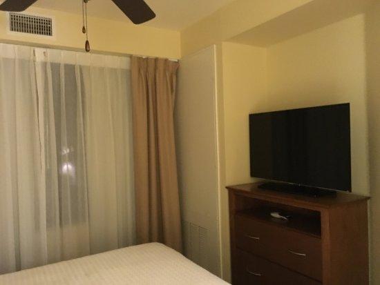 هومود سويتس باي هيلتون سان دييجو إيربورت: Very few space between bed and cabinet