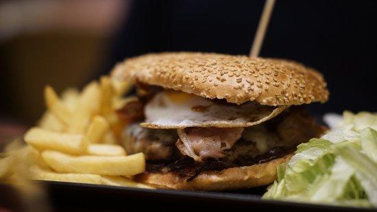 Pedara, Italy: Bomba: burger gourmet
