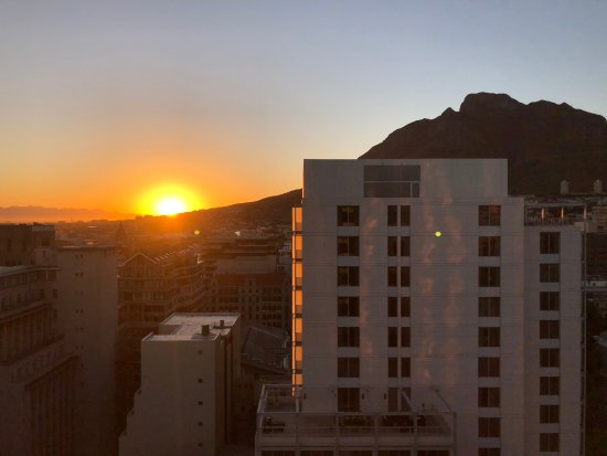 Mandela Rhodes Place Hotel : Sunrise view from our bedroom window