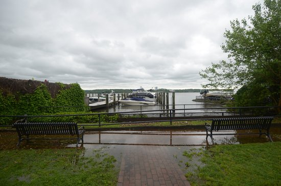 Old Town Waterfront: la passeggiata con panchine