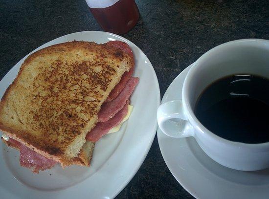 Ortigueira, PR: Pão com salame e queijo na chapa, simplesmente ótimo
