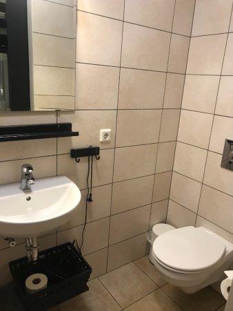 Borgarnes, Islandia: A small bathroom
